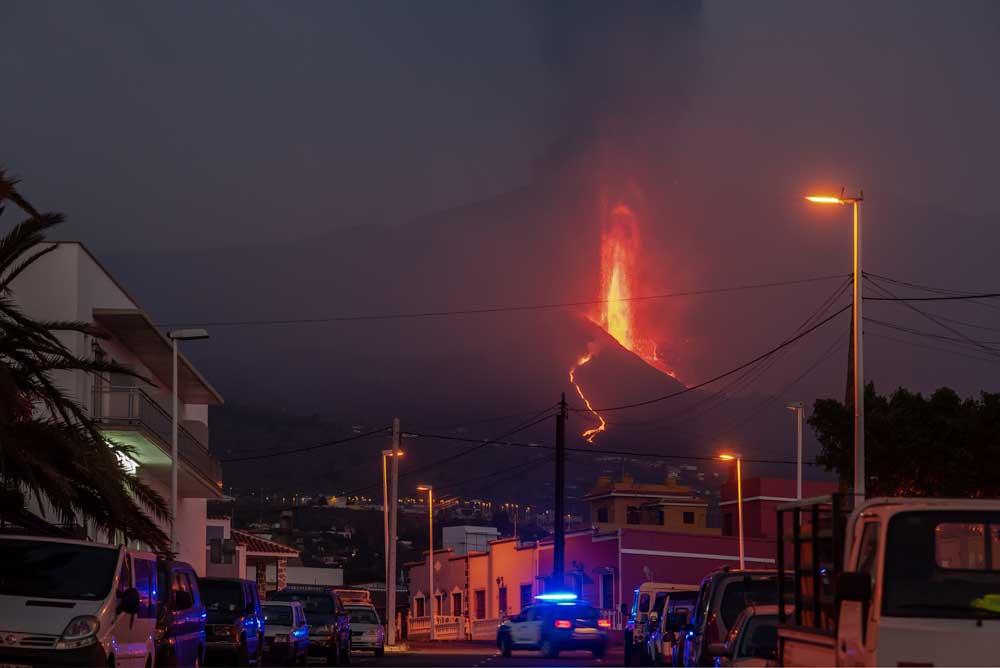 Lava fountain at La Palma last night (image: Tom Pfeiffer / VolcanoDiscovery)