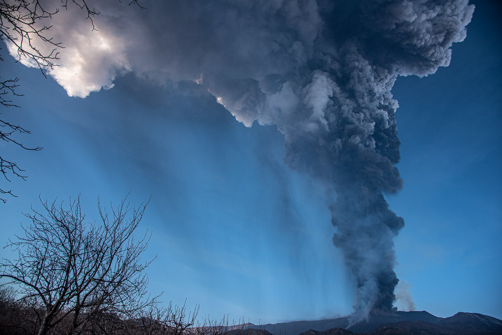 The ash plume of Etna's 8th paroxysm in late Feb 2021 (image: Tom Pfeiffer / VolcanoDiscovery)