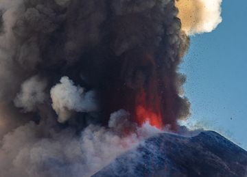 Lava fountain during Etna's paroxysm this afternoon (image: Tom Pfeiffer / VolcanoDiscovery)