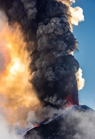 Eruption column above the New SE crater (image: Tom Pfeiffer / VolcanoDiscovery)
