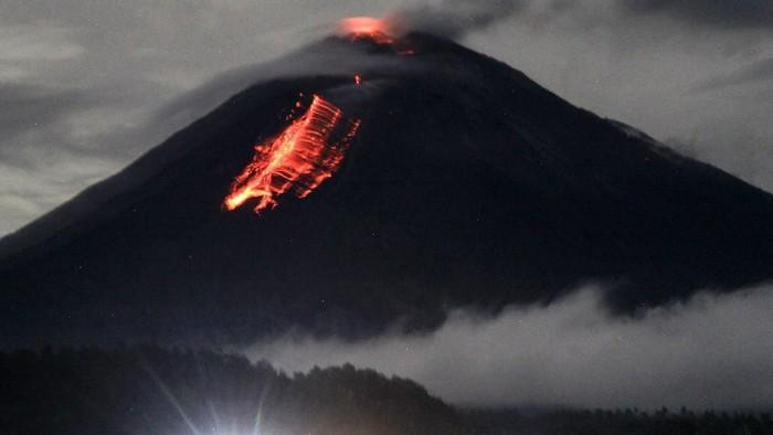 Lava flows traveled down the slopes of Semeru volcano (image: Twitter)