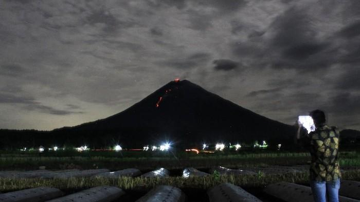 Lava flow and incandescence from the summit crater of Semeru volcano ((image: Twitter)