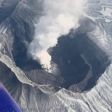 Flying over Aso volcano´s crater on 24 March (image: @Shérine/twitter)