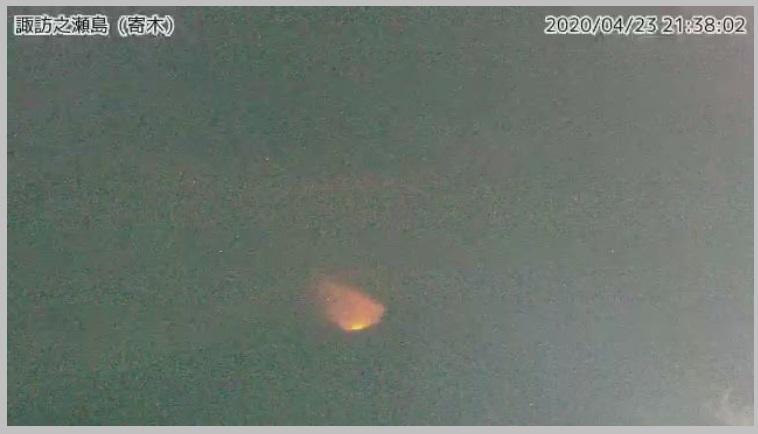 Glow from Suwanosejima volcano yesterday (image: @TaTohru/twitter)