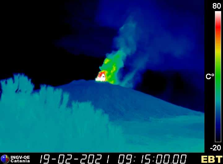 The lava fountain seen from Linguaglossa town on the NE side; compare the height of Etna's edifice about 2500 m visually with the height of the fountain! (image: INGV webcam)