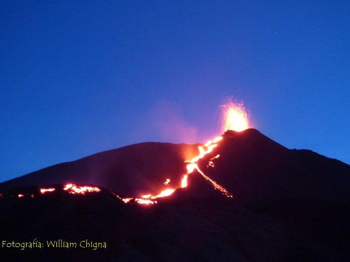 Effusive-explosive activity at Pacaya volcano these days (image: @William_Chigna/twitter)