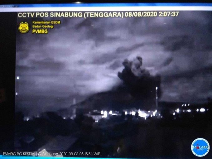Explosive eruption from Sinabung volcano this night (image: @OysteinLAnderse/twitter)