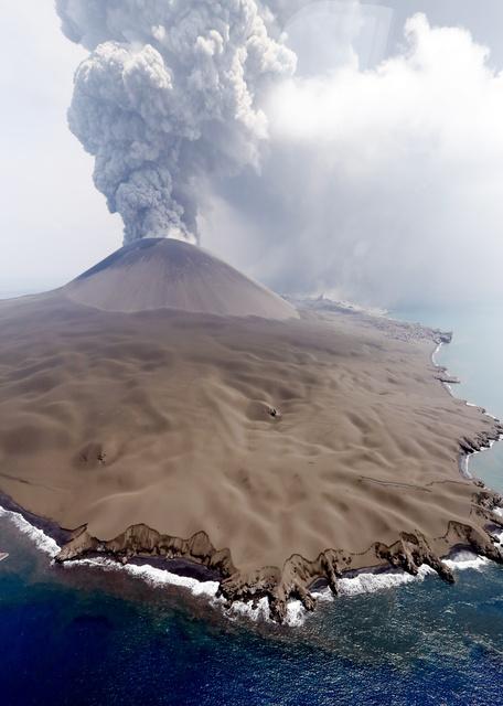 One of the vigorous eruption during the last days from Nishinoshima volcano (image: @HayakawaYukio/twitter)