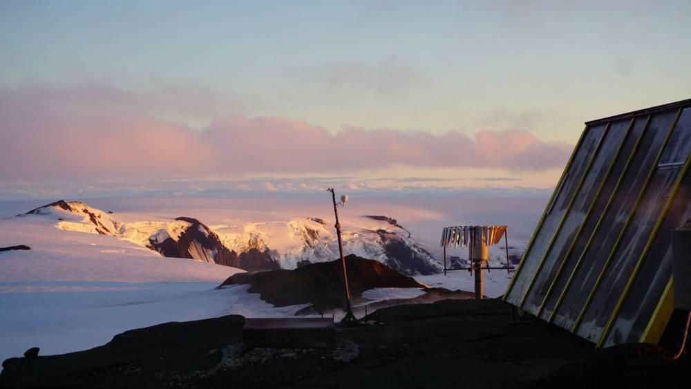 GPS station at Grimsvötn volcano (image: @gislio/twitter)