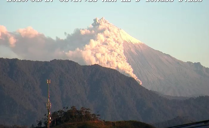 Pyroclastic flow from Sangay volcano yesterday (image: IGEPN)