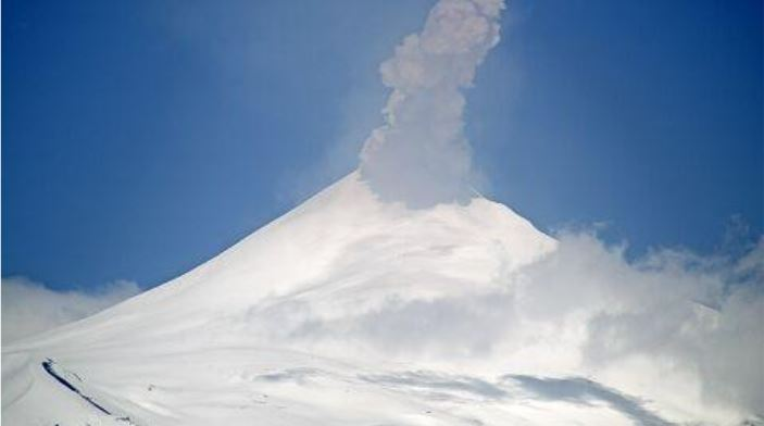 Moderate explosion at Villarrica volcano yesterday (image: SERNAGEOMIN)