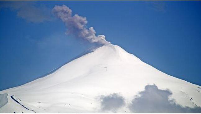 An eruption from Villarrica volcano yesterday (image: @volcanologiachl/twitter)