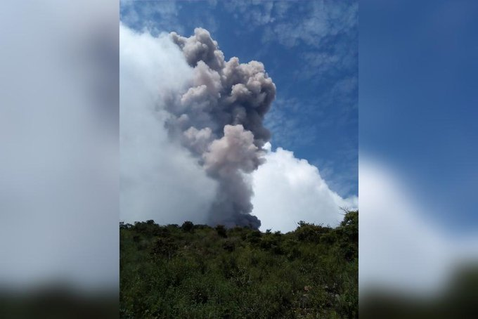 Ash column from Telica volcano on 7 October (image: @100noticiasni/twitter)