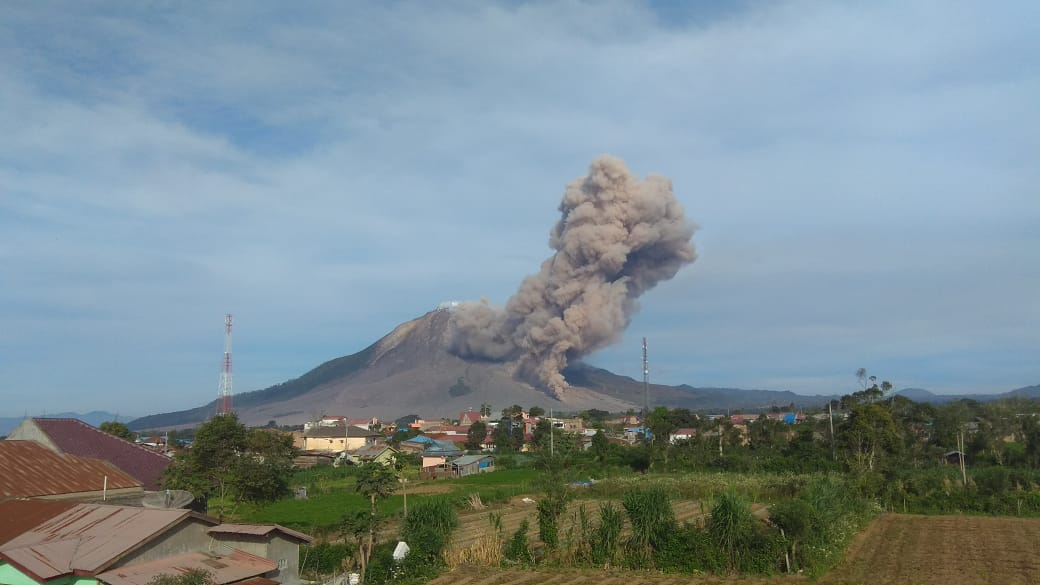 Pyroclastic flow from Sinabung volcano today (image: @Rizal06691023/twitter)
