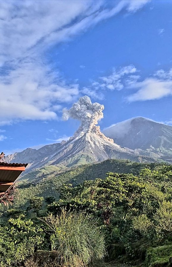Eruption column collapse caused generating a pumice-and-ash flows at Santiaguito volcano (image: @ConredGuatemala/twitter)