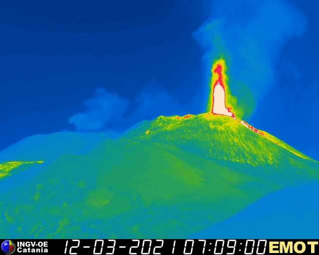 Lava foutain from Etna's New SE crater on the thermal webcam (INGV Catania)