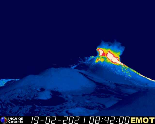 Beginning lava fountains at the New SE crater (image: INGV thermal webcam)