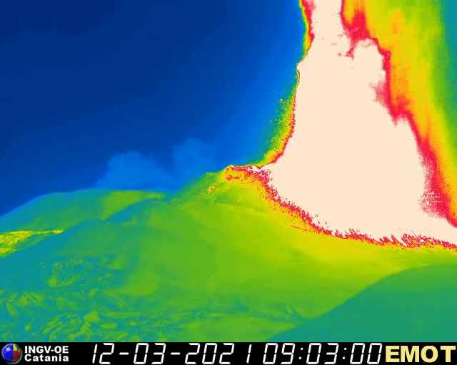 Thermal view of the lava fountain from Montagnola (image: INGV webcam)