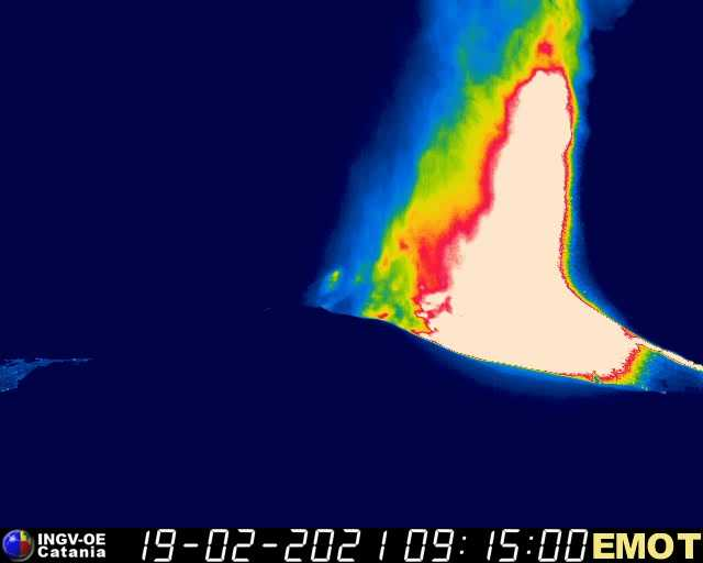 Lava fountains 500-700 m tall from the New SE crater (image: INGV webcam)
