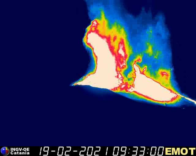 Lava fountains of 5-700 m from the New SE crater (image: INGV thermal webcam)
