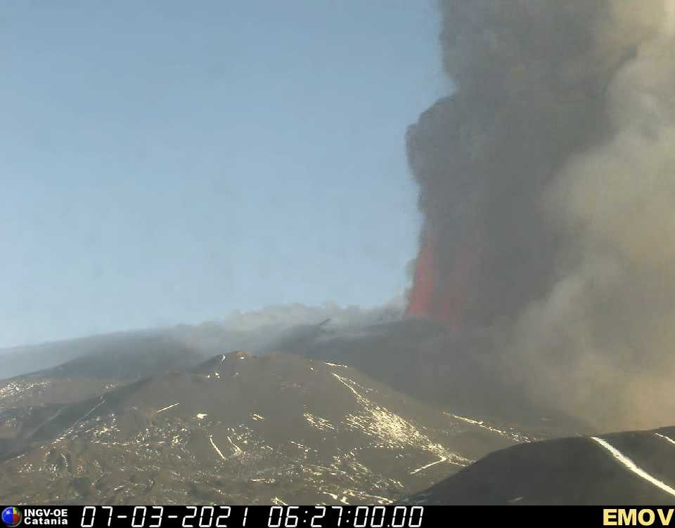Tall lava fountains from the New SE crater (image: INGV webcam)