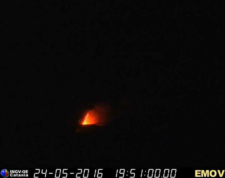 View of the lava fountain from Montagnola (INGV webcam)
