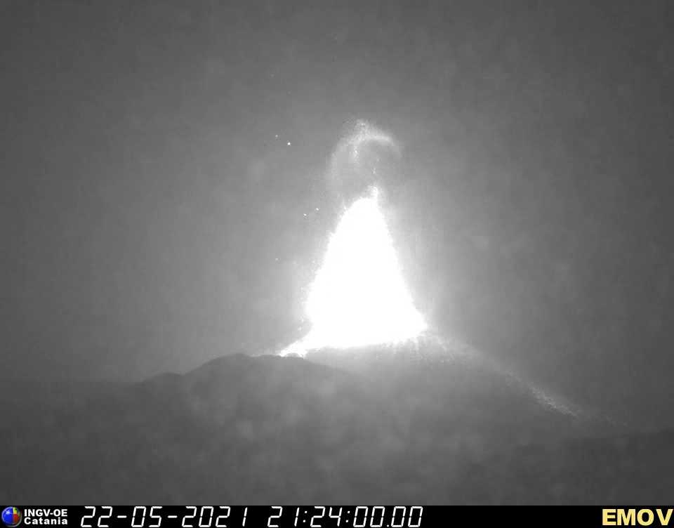 Lava fountain from Etna's New SE crater (image: INGV webcam on Montagnola)