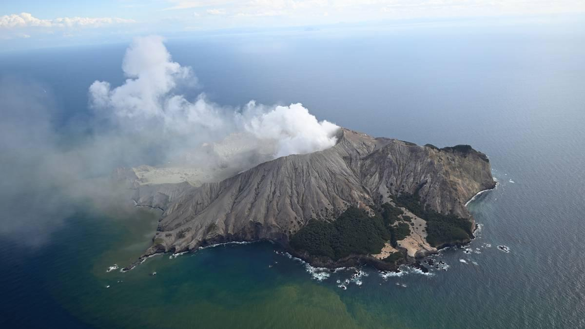 Aerial view of White Island volcano with an ash and gas plume (image: @nzherald/twitter)