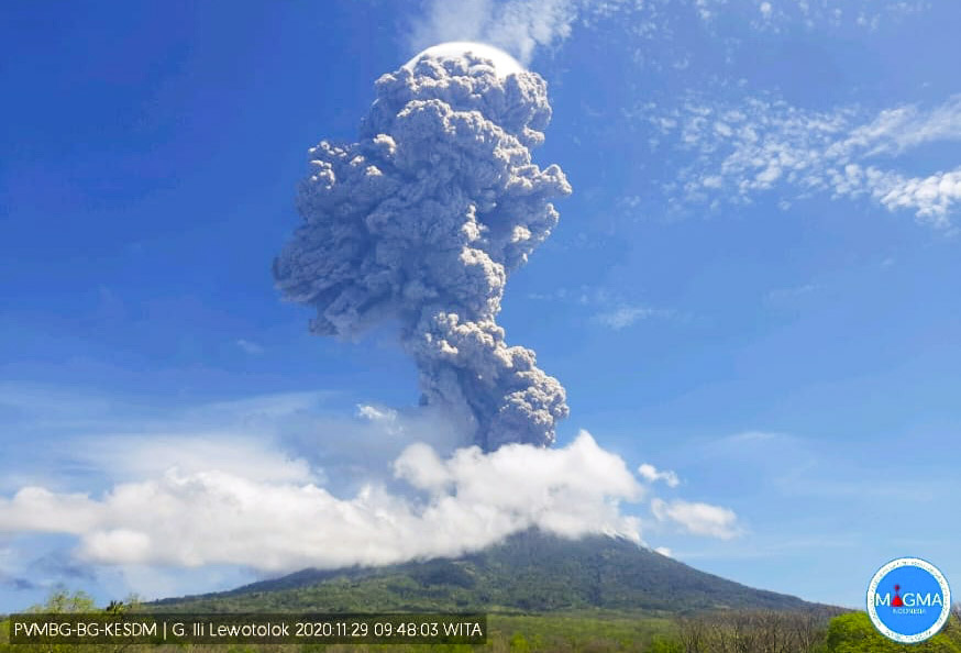 The powerful eruption from Lewotolo volcano this morning (image: PVMBG)