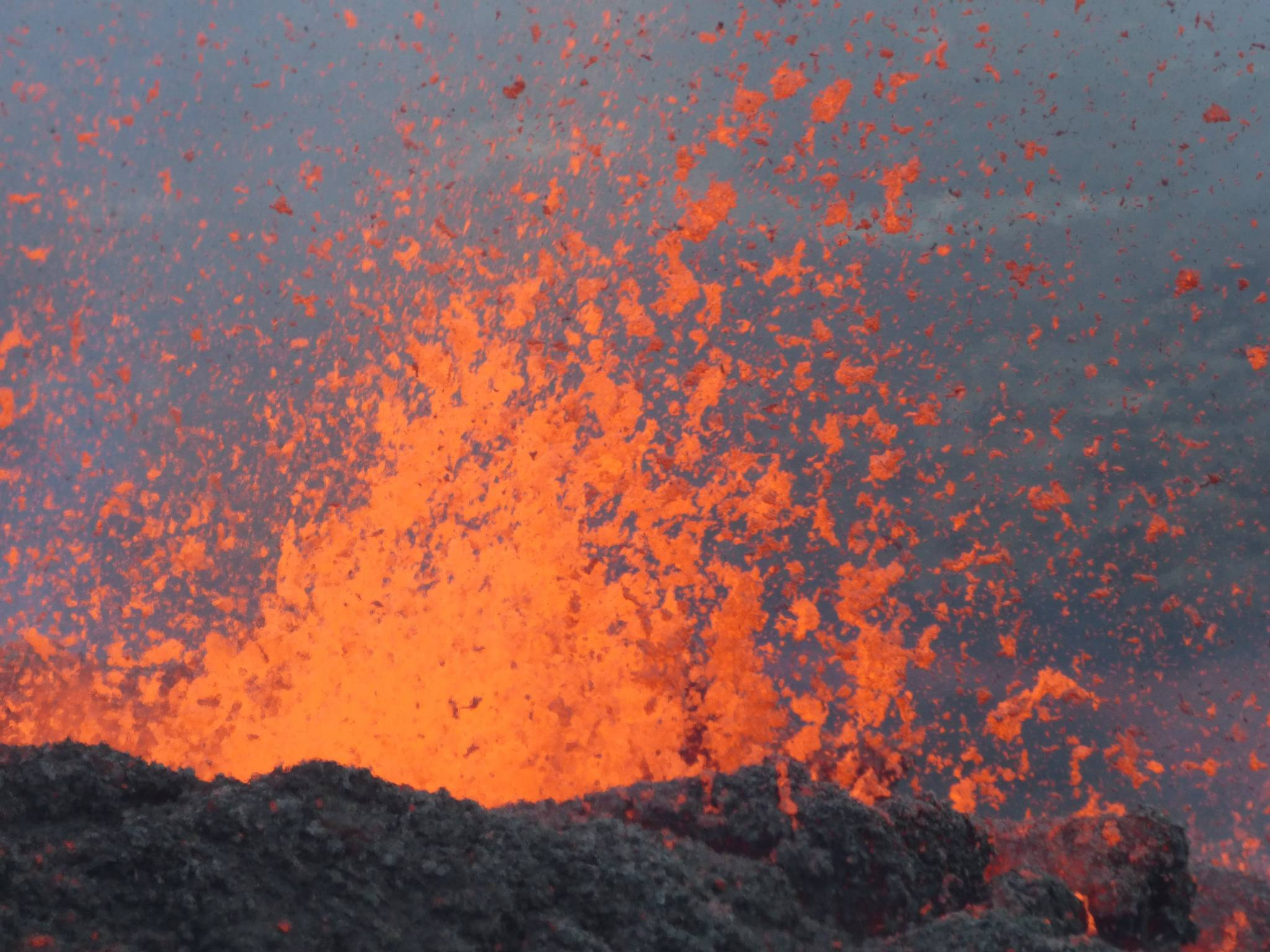 The lava fountains erupted from Piton de la Fournaise volcano fissure yesterday (image: OVPF)