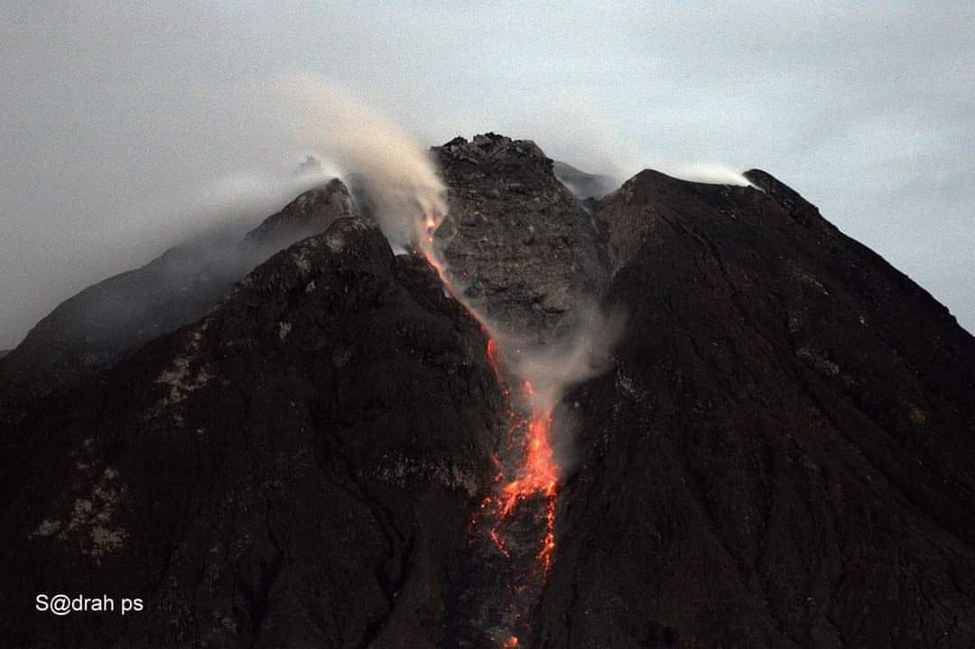 Incandescent material from the lava dome at Sinabung volcano (image: @OysteinVolcano/twitter)