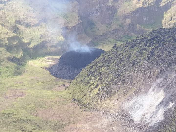 New lava dome growth accompanied with lava effusion at Soufrière St. Vincent volcano (image: @uwiseismic/twitter)