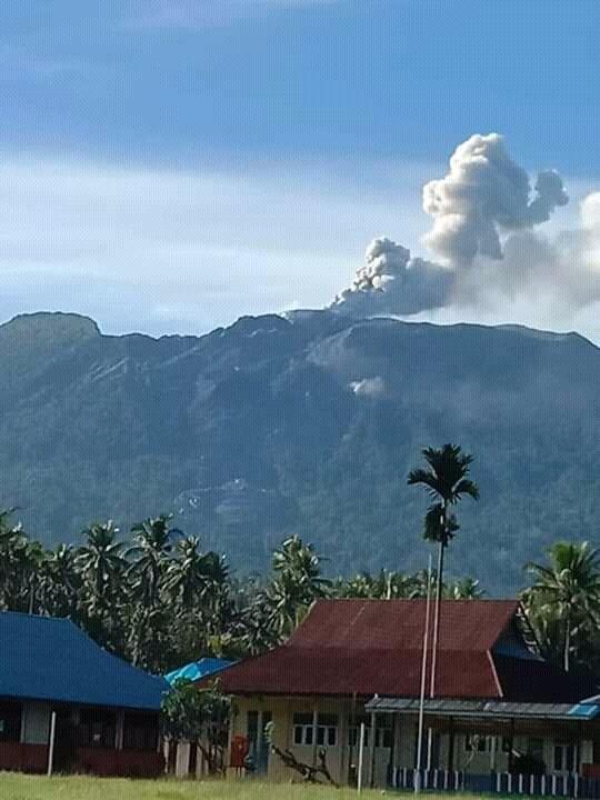 Explosive eruption from Ibu volcano (image: @Rizal06691023/twitter)