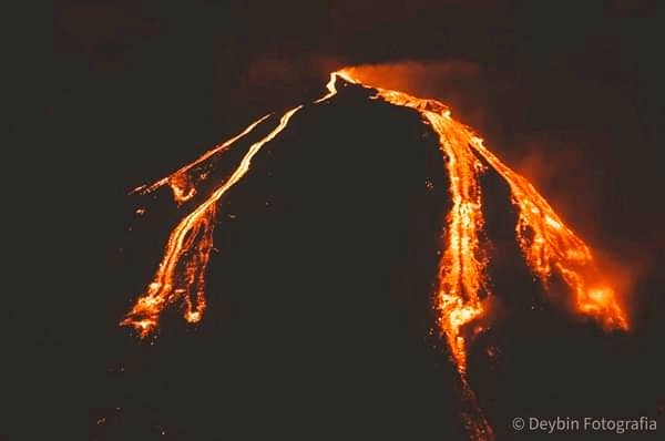 Multiple lava flows from Pacaya volcano (image: @UniversoNews1/twitter)