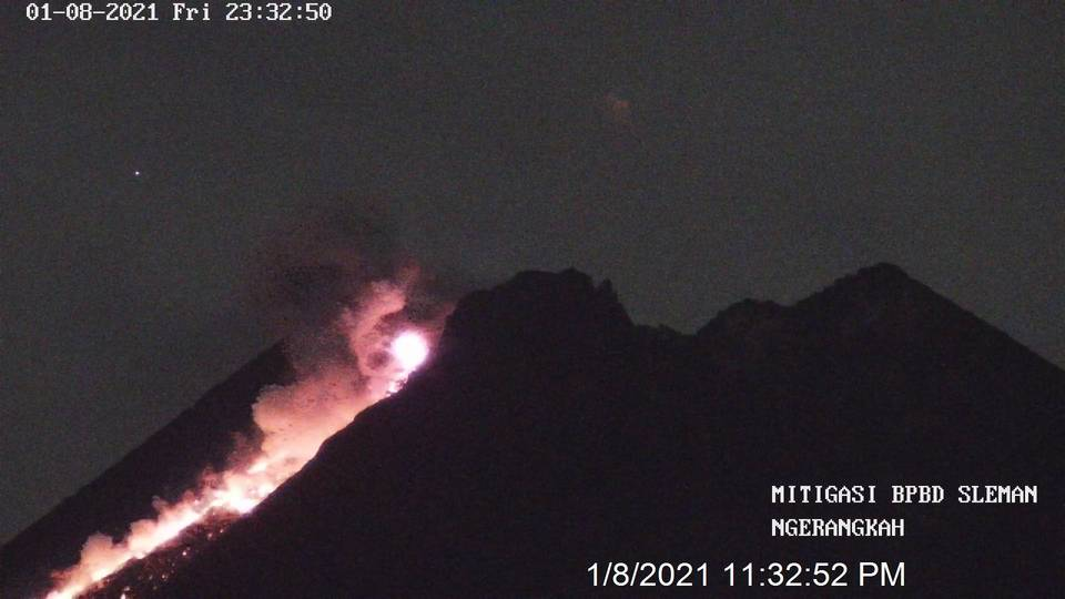 Glow at the summit crater associated with incandescent avalanches at Merapi volcano (image: @OysteinVolcano/twitter)