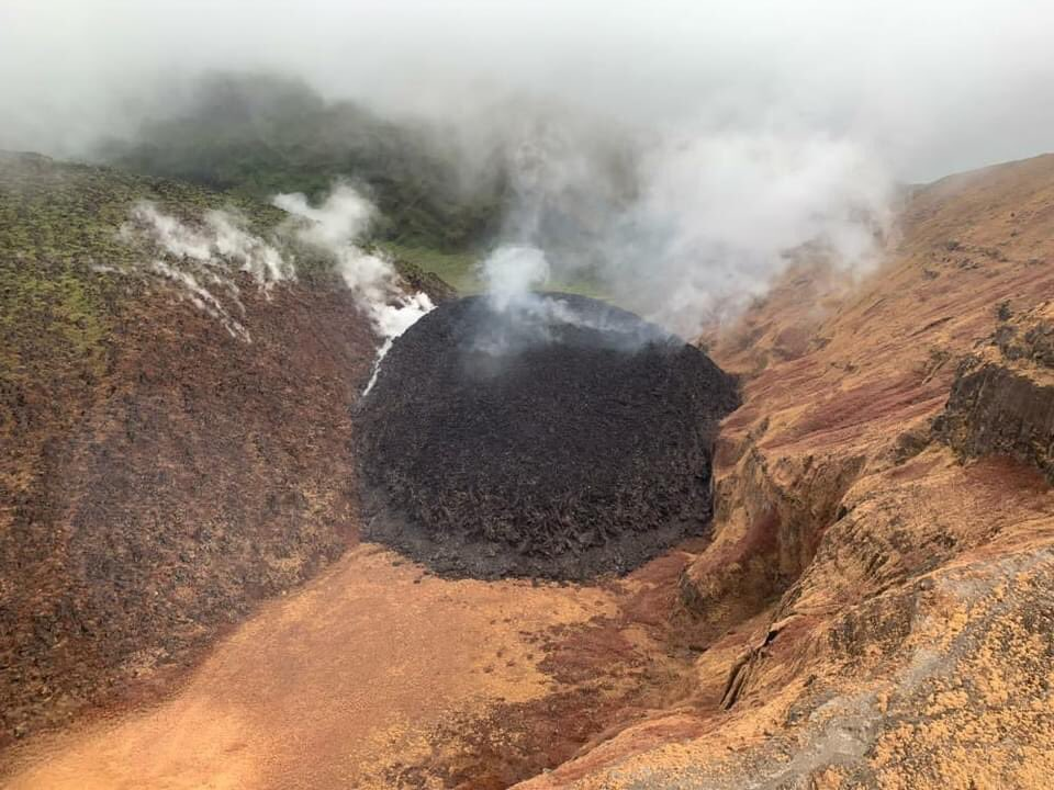 Higher and bigger actively lava dome on the edge of the 1979 lava dome (image: @scarlett_jazmin/twitter)