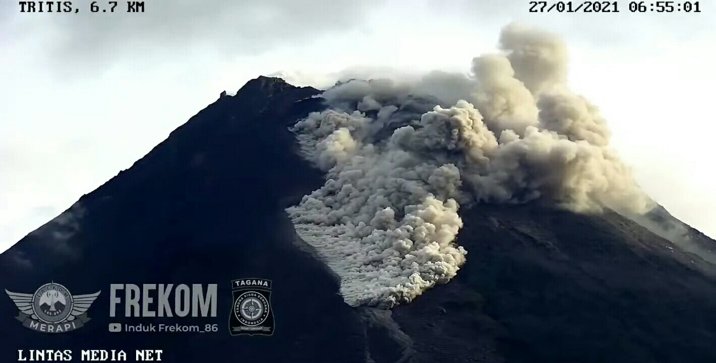 Strong block-and-ash flow from the collapsing lava dome at Merapi volcano today (image: @frekom_diy/twitter)
