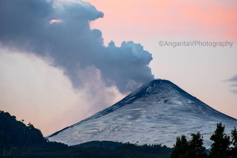 Degassing from Villarica volcano yesterday (image: @AngaritaV/twitter)
