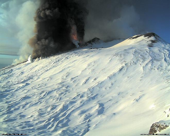 Webcam picture (Etna Trekking), captured by Mark Burns for Eruptions Blog.