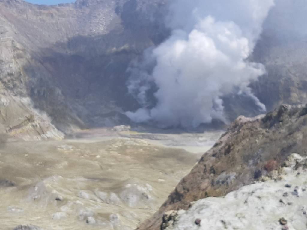 Lots of steam and gas at White Island volcano (image: Brad Scott/twitter)