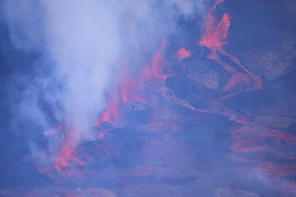 Photograph showing the fissure through which lava erupts during the current  of the Fernandina volcano (source: Marcelo Izquierdo, Yate la Pinta).