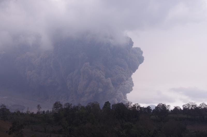 Pyroclastic flow from Sinabung yesterday (photo: Aris)