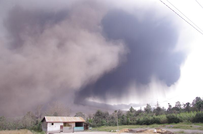 Ash plume after a pyroclastic flow yesterday (photo: Aris)