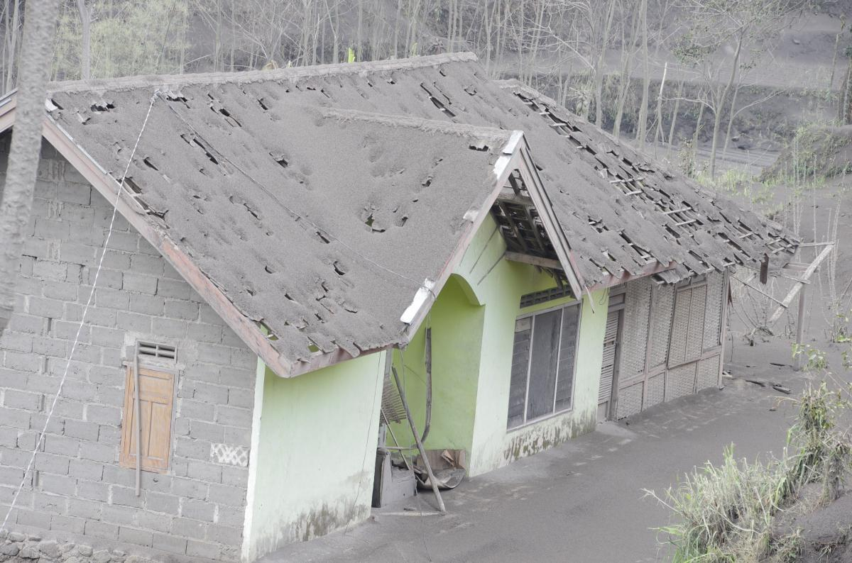 Ash in Pandan Sari Village, about 8 km to the east of the volcano (photo: Aris)