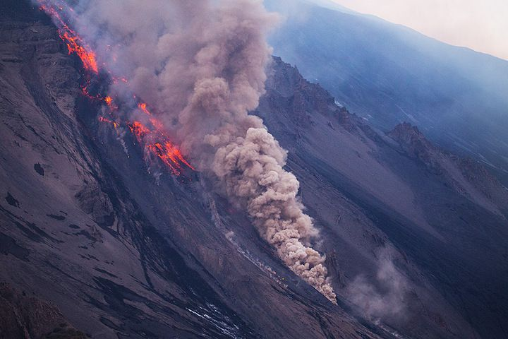 A small pyroclastic flow at the flow front (Photo: Emanuela / VolcanoDiscovery Italia)