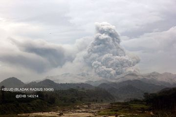 Ash emissions from Kelut yesterday (photo taken from Blitar)