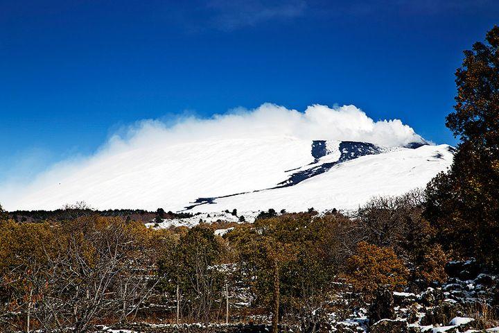 The lava flow of the last paroxysm on the  eastern flank(photo: Emanuela / VolcanoDiscovery Italia)