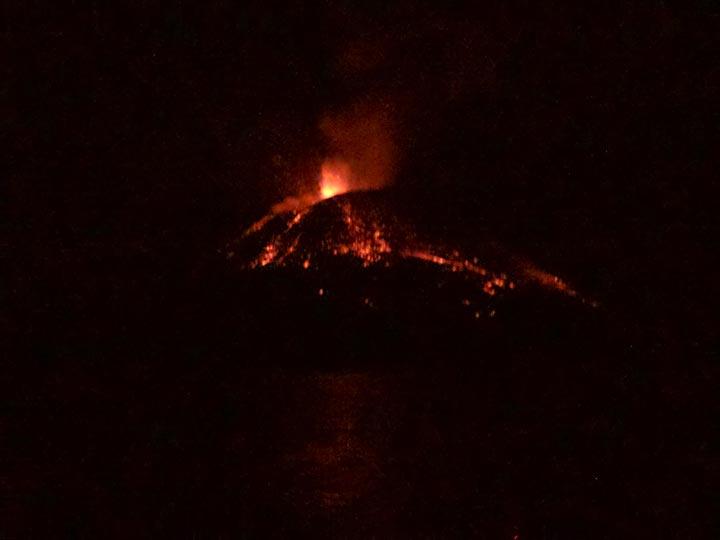 Explosive eruption at Anak Krakatau yesterday night (image: Aaron)