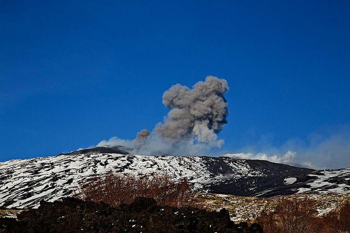 Ash emissions from Voragine Crater (photo: Emanuela / VolcanoDiscovery Italia)