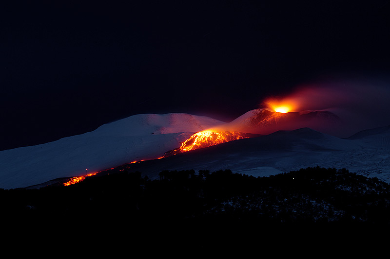 The new lava flow reaching approx. 2000 m elevation (photo: Emanuela / VolcanoDiscovery Italia)